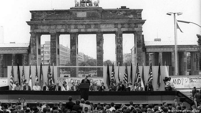 Ronald Reagan speaks in front of the Berlin Wall and the Brandenburg Gate in 1987 (picture-alliance/dpa)