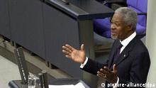 UN-Generalsekretär Kofi Annan spricht am 28.2.2002 vor dem Deutschen Bundestag in Berlin. I In seiner Rede als erster Generalsekretär der Vereinten Nationen würdigte Annan die Rolle Deutschlands bei der Sicherung des Friedens in der Welt. Ihn habe beeindruckt, wie die Deutschen über historisch bedingte Hemmungen hinausgewachsen sind und ihren Teil der Verantwortung für die Wahrung des Weltfriedens und der internationalen Sicherheit übernommen haben. Dies gelte besonders auch für die Entsendung von Truppen. Er sprach sich zudem für die Verlängerung des UN-Mandats der Schutztruppe in Afghanistan aus.