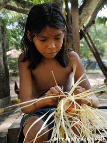 Mädchen beim Korbflechten im Amazonasgebiet Brasilien