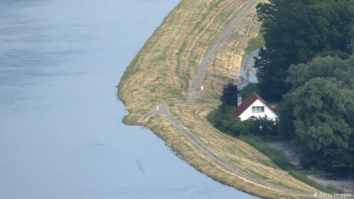 A house stands next to a dyke protecting it from the flooding Elbe river (Photo by Sean Gallup/Getty Images)
