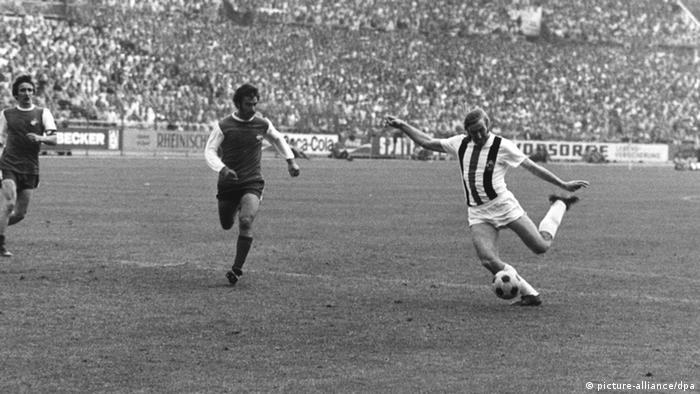 Günter Netzer dispara de zurda en la final de Copa entre los Potros y el Colonia, en 1973.