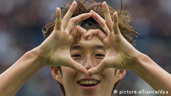 Ein Fußballspieler formt mit beiden Händen eine Null