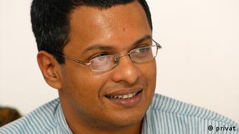 सुनील अब्राहम और उनके जैसे दूसरे एक्टिविस्ट आईक्लाउड और एयर एंड्रॉयड जैसे तंत्रों के इस्तेमाल के प्रति भी लोगों को सचेत करते आए हैं.