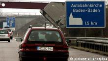 Ein Schild weist am Dienstag (08.03.2005) auf der Autobahn 5 vor der Tank- und Rastanlage Baden-Baden auf die dortige Autobahnkirche hin. Der geplante Ausbau der Autobahn lässt die Baden-Badener um ihre berühmte Autobahnkirche bangen. Sollte die Tank- und Rastanlage Ende 2006 so ausgebaut werden wie bislang vorgesehen, werden Besucher den Parkplatz der Kirche nicht mehr direkt von der Autobahn aus anfahren können. Kritiker fürchten, dass die Kirche damit an Attraktivität verliert. Foto: Uli Deck dpa/lsw (zu lsw Korr Streit um Autobahnkirche: Bund erklärt sich gesprächsbereit vom 09.03.2005) +++(c) dpa - Bildfunk+++