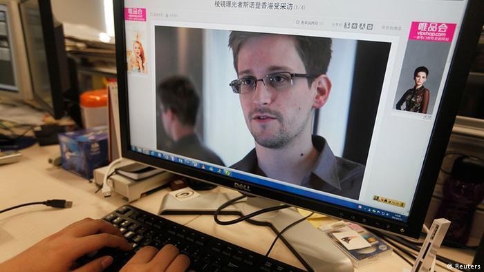 Auf einem Computer-Bildschirm ist Edward Snowden zu sehen. Der IT-Techniker hat die Debatte über die Internetüberwachung ausgelöst. (Foto: REUTERS/Jason Lee)