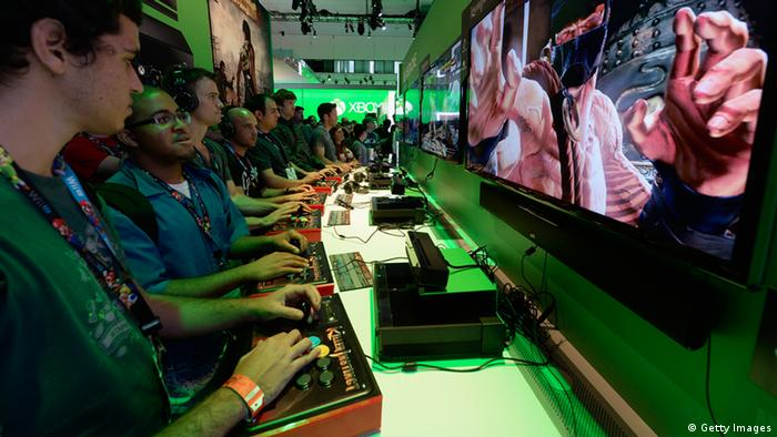 Gamers play a game on the Xbox One console in the Microsoft Exbox Xbox booth during the Electronics Expo 2013 at the Los Angeles Convention Center on June 11, 2013 in Los Angeles, California. (Foto: Getty Images)