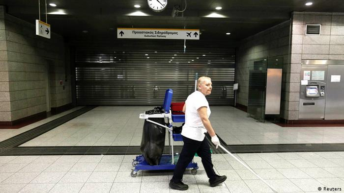 A woman sweeps the floor inside a suburban railway station during a 24-hour strike in Athens June 13, 2013. Buses and subway trains stopped running in Athens in Thursday as Greek workers began to stage a nationwide strike in protest against the sudden death of state broadcaster ERT, switched off in the middle of the night by the government (Foto: reuters)