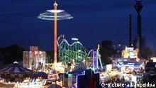 Zu sehen ist ein Panoramabild der Rheinkirmes Düsseldorf bei Nacht.