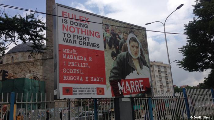 Plaket in Pristina gegen die Eulex Mission im Kosovo