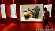 Ein Manipulator-Fahrzeug MF 3 Skorpion ist am 13.06.2013 in Stuttgart (Baden-Württemberg) in der Ausstellung RAF Terror im Südwesten im Haus der Geschichte ausgestellt. Die Ausstellung RAF Terror im Südwesten ist von 14.06.2013 bis 23.02.2014 in Stuttgart im Haus der Geschichte zu sehen. Foto: Franziska Kraufmann/dpa