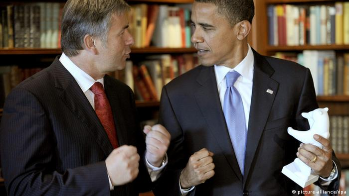 US presential-hopeful Barack Obama speaks to Berlin mayor Klaus Wowereit in 2008. Photo: Michael Kappeler dpa/lbn +++(c) dpa - Report+++