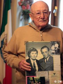 Luigi Peduto with pictures of himself and Maria /Mokryna Yurzuk when they met in 1943 (Photo:Deutsche Welle)