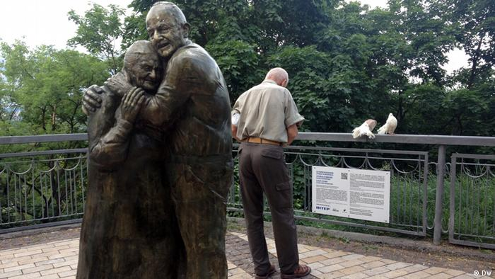 A picture of a bronze statue in Kiev, depicting Luigi Peduto, and Mokryna Yurzuk, who met in a forced labour camp in Austria during the war, and were reunited in 2004. The statue was inaugurated in Kiev in May 2013. (Photo:Deutsche Welle, June 2013)