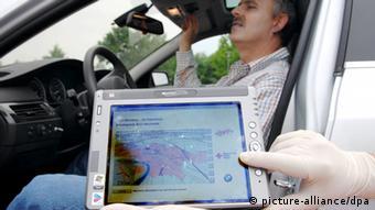 Auf einem mobilen Computer wird der Standort eines Autofahrers mit einem simulierten Herzinfarkt gezeigt - Foto: Armin Weigel(dpa)