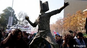 La manifestación tenía un carácter pacífico, pero minutos antes del final se registraron enfrentamientos entre los universitarios y la Policía.