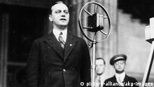 Rosenberg spricht im Lustgarten ... Rosenberg, Alfred Politiker (NSDAP), Leiter des aussenpo- litischen Amtes der NSDAP (1933-45) 1893-1946. - Alfred Rosenberg als Reichstags- abgeordneter der NSDAP spricht auf einer Kundgebung gegen den Versailler Vertrag im Lustgarten in Berlin. - Foto, 28. Juni (1930?).