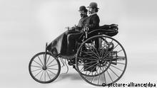 Carl Benz (vorn) und Friedrich von Fischer im Patentmotorwagen Nummer 1 mit Halbverdeck (1886) / erstes Automobil mit Verbrennungsmotor, Einzylinder-Viertaktmotor mit 0,9 PS und einer Höchstgeschwindigkeit von 16 km/h, Verbrauch ca. 13 l. auf 100 km. / Personen, Auto, Automobil, Oldtimer, Automobilgeschichte, Automobiltechnik, erstes Auto der Welt, Patent-Motorwagen, Technik-Geschichte; Karl / RTG14