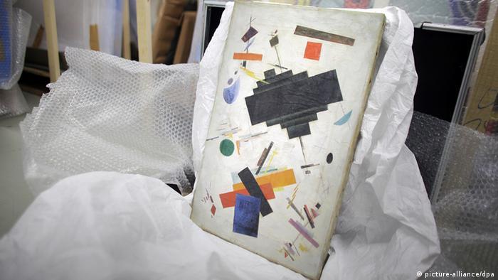 Ein Bild mit der Beschriftung Kazimir Malevich - Supremus liegt am 13.06.2013 bei einem Pressetermin im Keller im Bundeskriminalamt (BKA) in Wiesbaden (Hessen). Bei einer Razzia in mehreren Bundesländern und im Ausland haben Fahnder eine mutmaßliche Bande von Kunstfälschern hochgehen lassen. Sie sollen laut BKA seit 2005 mehr als 400 gefälschte Gemälde verkauft und mehrere Millionen Euro verdient haben. Foto: Fredrik von Erichsen/dpa +++(c) dpa - Bildfunk+++