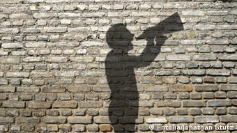 Selbstmarketing Schatten eines Mannes mit Megaphone