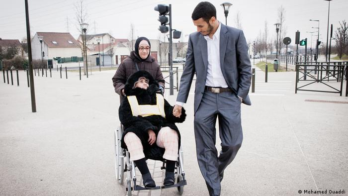 Mohammed Ouaddi and her Mother who is sick of Alzheimer Foto: Mohamed Ouaddi Datum und Ort : 2013 Frankreich