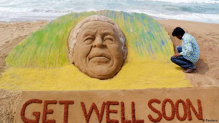 Weltweit hoffen die menschen auf die Genesung von Nelson Mandela - wie dieser Künstler in Indien // Artist Sudarshan Pattnaik works on a sand sculpture created in the likeness of former South African President Nelson Mandela, to wish him a speedy recovery, in Puri, about 65km (40 miles) from the eastern city Bhubaneswar in the Indian state of Odisha June 9, 2013. Mandela, who became a global symbol of triumph over adversity and South Africa's first black leader in 1994 after the defeat of apartheid, was hospitalised early on Saturday after his already frail health worsened. REUTERS/Stringer (INDIA - Tags: SOCIETY POLITICS HEALTH TPX IMAGES OF THE DAY) eingestellt von ml