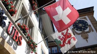 Schweizer Flagge an UBS-Bankhaus. Foto: Vincent Isore/IP3