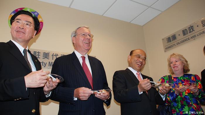 Parteivorsitzender der DPP, Su Tseng-chang (2. rechts) mit dem Vorsitzenden der amerikanischen Vertretung in Taiwan, Raymond Burghardt (2. links), und dem Vertretungsbüroleiter der DPP in den USA, Joseph Wu(1. links) Copyright: DW/Liu Xin