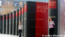 Riesengroße Bücher werben für Leipziger Buchmesse