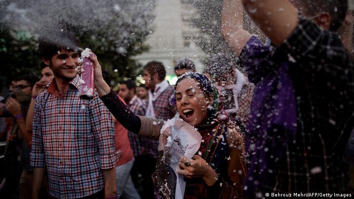 2013 gewann der als moderat geltende Geistliche Hassan Rohani mit großem Abstand die Präsidentschaftswahlen. In einem Bewerberfeld von acht Kandidaten erzielte er knapp 51 Prozent der Stimmen. Rohani galt vielen jungen Wählern, besonders unter den Frauen, als Hoffnungsträger – auch, weil Rohani mehr Freiheiten und die Versöhnung mit dem Westen versprochen hatte.