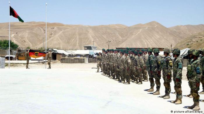 Bundeswehrsoldaten übergeben einen Außenposten an das afghanische Militär (Foto: EPA/JAWED KARGAR/dpa)