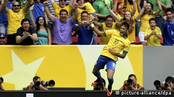 epa03746411 Brazilian National soccer team striker Neymar celebrates scoring the opening goal against Japan during their FIFA Confederations Cup 2013 match between Brazil and Japan at the National Stadium of Brasilia, Brazil on 15 June 2013. EPA/FERNANDO BIZERRA JR +++(c) dpa - Bildfunk+++
