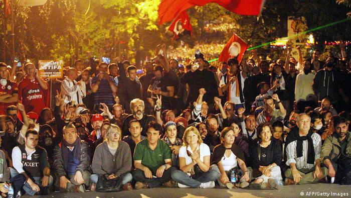 تظاهرات همبستگی در آنکارا در خیابان کندی نزدیک سفارت آمریکا در روز یکشنبه ۱۶ ژوئن