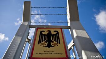 Вывеска Федерального ведомства по делам миграции и беженцев