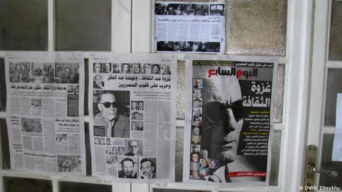 Papers about the crisis photo description: Newspapers talked about the crisis hanged in the culture ministry photo date: 15 June 2013 photo place: Cairo - Egypt Copyright: Nael Eltoukhy Zugestellt von Abdelhai Alami.