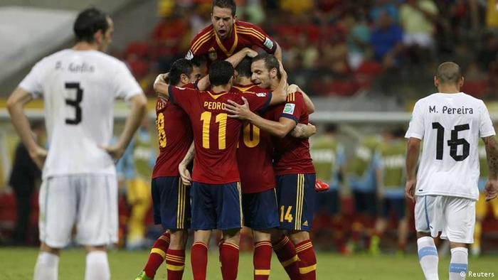 Spain's players celebrate the team's second goal during their Confederations Cup Group B soccer match against Uruguay at the Arena Pernambuco in Recife June 16, 2013. REUTERS/Ivan Alvarado (BRAZIL - Tags: SPORT SOCCER)---eingestellt von haz