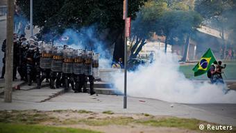 Protestos em frente ao estádio do Maracanã, no Rio de Janeiro
