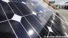 ARCHIV - ILLUSTRATION - Solarzellen sind am 21.09.2009 in Hamburg auf der 24. Kongressmesse für Photovoltaik ausgestellt. Der Mischkonzern Siemens baut das bisher vernachlässigte Solargeschäft kräftig aus. Für 418 Millionen Dollar (284 Mio Euro) übernimmt der Konzern die israelische Solel Solar Systems von privaten Eigentümern, wie Siemens am Donnerstag (15.10.2009) bestätigte. Foto: Maurizio Gambarini dpa/lby (zu dpa 0404 vom 15.10.2009) +++(c) dpa - Bildfunk+++