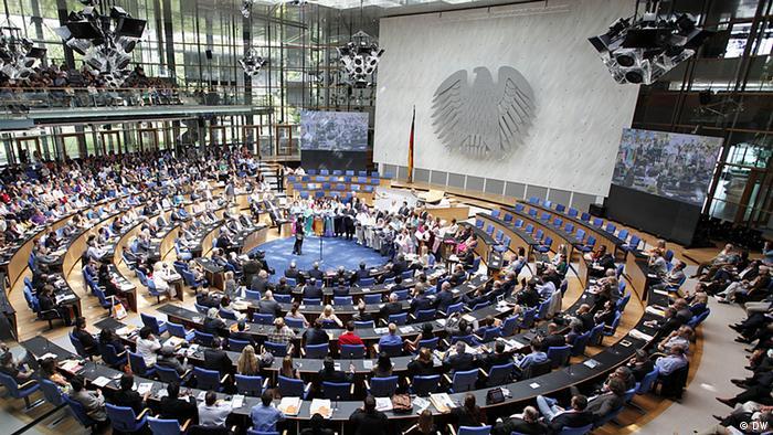 Voller Plenarsaal beim Festakt 60 Jahre Deutsche Wellte zur Eröfnung des Global Media Forum 2013 in Bonn.