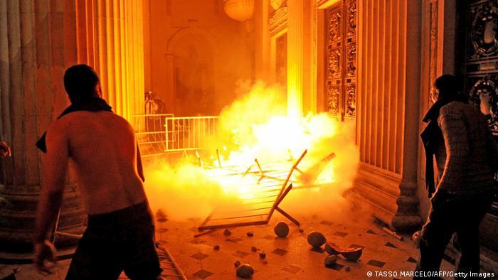 Demonstranten in Rio de Janeiro vor dem Tiradentes Palace (Foto: Getty Images)