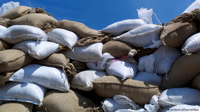 Aufgeschichtete Sandsäcke, die als Schutz gegen Hochwasser eingesetzt werden