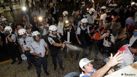 Polícia usa spray de pimenta contra manifestantes