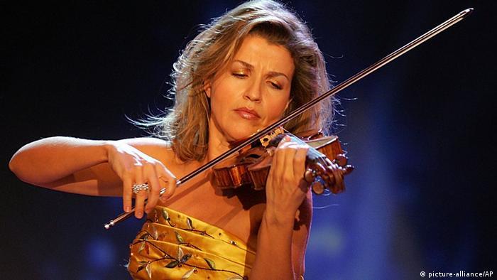Дива предпочитает золотистое: Анне-Софи во время телевыступления, 2005 год