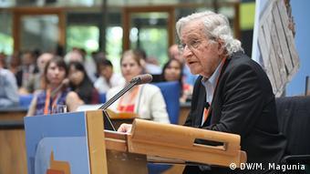 Der US-amerikanische Globalisierungskritiker Avram Noam Chomsky referiert beim GMF 2013 über Wege zu einer gerechten Welt – Wie das Volk die Demokratie wiederbelebt. (Foto: DW)