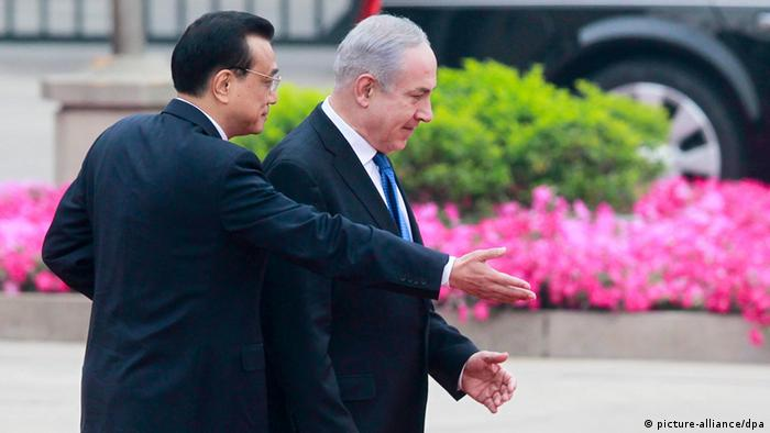 Chinese Premier Li Keqiang (L) gestures at Israeli Prime Minister Benjamin Netanyahu during a welcoming ceremony at the Great Hall of the People in Beijing, China, 08 May 2013 (Photo: EPA/DIEGO AZUBEL)