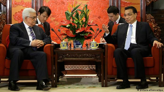 China's Premier Li Keqiang talks with Palestinian President Mahmoud Abbas (L) during a meeting at the Zhongnanhai compound in Beijing, May 6, 2013. (Photo: EPA)