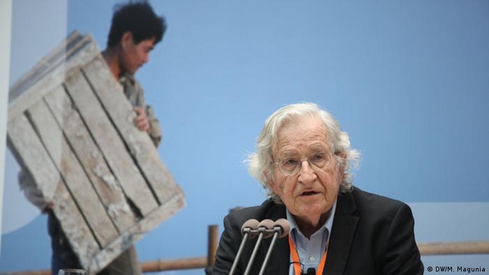 Auf dem Bild: Noam Chomsky beim Global Media Forum 2013. Avram Noam Chomsky, Keynote Speaker auf dem Deutsche Welle Global Media Forum 2013 - A Roadmap to a Just World - People Reanimating Democracy 17.6.2013, Bonn. Bild: © DW/M. Magunia