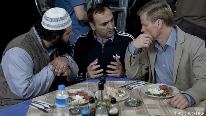 نوران دیوید کالیس (وسط) در حال گفتگو با دو تن از هنرپیشگان وویتسک