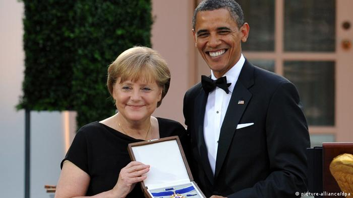 Merkel receiving the Medal of Freedom (picture-alliance/dpa)