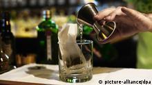 Ein Drink Gin Tonic and Tea wird am 15.04.2013 nach einer Tanqueray No. TEN Tea-Rezeptur in der G&T Bar in der Friedrichstraße 113 in Berlin Mitte zubereitet. Die World Class Tea Blend Rezeptur basiert auf Kräutern und Früchten, die auf den Gin-Tonic-Geschmack abgestimmt sind. Der Drink wird auf Eis serviert. Deutschlands erste Gin Tonic Bar wird sich als sogenannte Pop-Up-Bar nur für ein Jahr an dieser Adresse befinden. Foto: Jens Kalaene/dpa