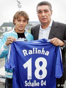 Rafinha Schalke 04 stellt am Montag, 22. Aug. 2005, in Gelsenkirchen den neuen Spieler Marcio Rafael de Souza vor.